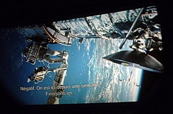 """Sur cet extrait, on voit bien la parabole à droite qui """"sort"""" de l'écran. Gravity par le prisme d'une paire de lunettes 3D. Photo: Les Soirées de Paris"""