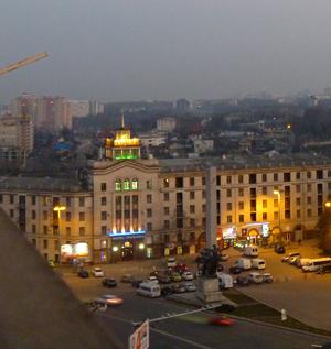 Hôtel Chisinau, extérieur nuit. Photo: LSDP