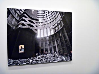 """Aspect de l'exposition """"Ponte City"""" au Bal. Photo: Les Soirées de Paris."""