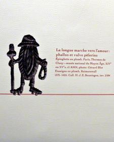 """Epinglette en forme de sexe féminin visible à l'exposition """"L'amour au Moyen Age"""" à la Tour Jean sans Peur. Photo: Les Soirées de Paris"""