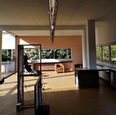 Aspect intérieur de la villa Savoye et l'installation de Haroon Mirza. Photo: Les Soirées de Paris