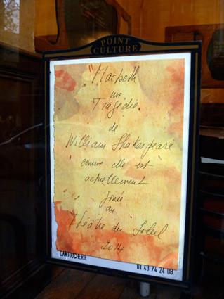 Le programme du Théâtre du Soleil à l'affiche sur une vitrine de bistrot à Paris. Photo: LSDP