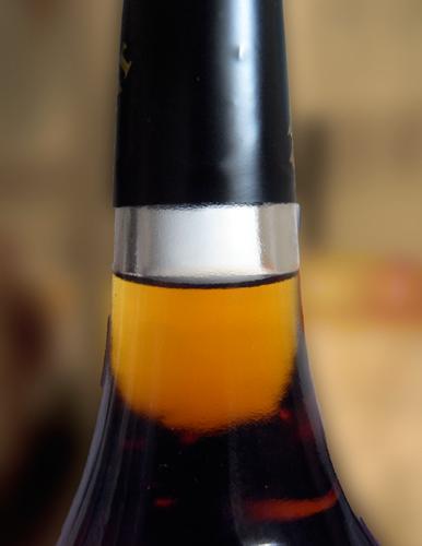"""Goulot d'une bouteille de """"Cognac"""" de Transnistrie. Photo: Les Soirées de Paris"""