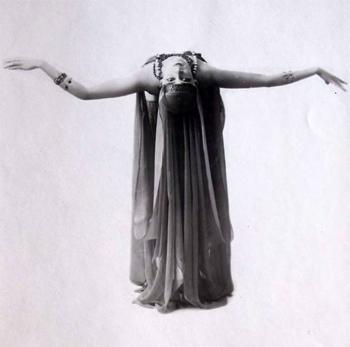 Carina Ari dans la danse d'Anitra, Divertissement, 1921  photo Isabey © BmO / BnF