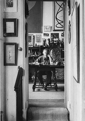 André Breton dans son atelier, juin 1955. Photo: Sabine Weiss. Association atelier André