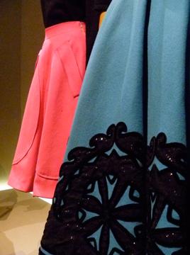 """Aspect de l'exposition """"Les années 50"""" au musée Galliera. Photo: Les Soirées de Paris"""