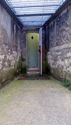 détail d'une promenade pour les détenus à l'isolement. Photo: Les Soirées de Paris