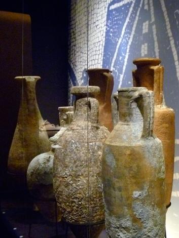 amphores présentées au Musée de la Marine. Photo: Les Soirées de Paris