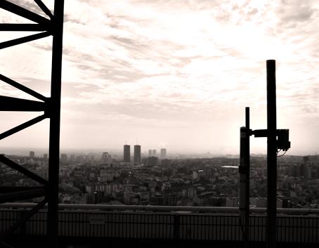 Vue de la tour TDF, par temps brumeux. Photo: Les Soirées de Paris