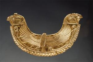 Pectoral décoré d'un faucon  aux ailes déployées ( bronze) provenant de la nécropole royale de Byblos ( Liban) © Musée du Louvre/Christian  Descamps