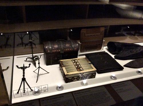 Chandeliers et objets de voyage. Musée de Cluny. Photo: Valérie Maillard