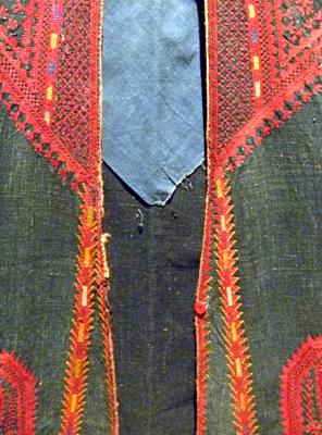 Détail d'un manteau syrien présenté à l'exposition. Photo: LSDP
