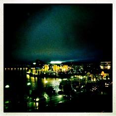 Le casino d'Enghien, la nuit. Photo: Les Soirées de Paris