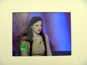Taryn Symon sur un plateau télé. Photo: LSDP