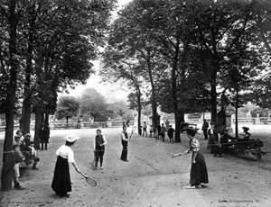 Lawn tennis au jardin du Luxembourg. Source image: Sénat