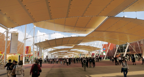Dans l'allée centrale de l'exposition. Photo: Gérard Goutierre