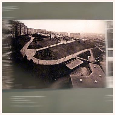 Le square de la Butte du Chapeau Rouge à ses débuts dans les années trente. Vue exposée au Pavillon de l'arsenal en 2014. Photo: LSDP