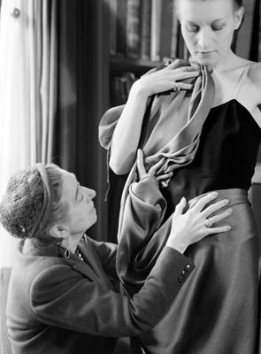 En toute sensualité, cette photo de Jeanne Lanvin et de l'un des modèles, prise par Laure Albin Guillot