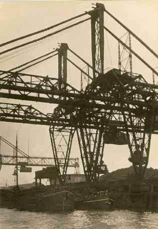 Germaine Krull — Pont roulant, Rotterdam. Série « Métal », vers 1926 © Estate Germaine Krull, Museum Folkwang, Essen