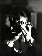 Germaine Krull — Autoportrait à l'Icarette, vers 1925 © Estate Germaine Krull, Museum Folkwang, Essen Photo © Centre Pompidou, MNAM-CCI, Dist. RMN-Grand Palais / image Centre Pompidou, MNAM-CCI