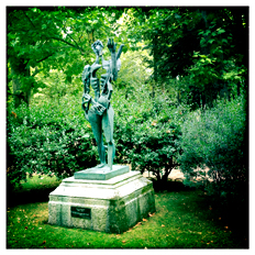 Paul Eluard par Zadkine au jardin du Luxembourg. Photo: PHB/LSDP