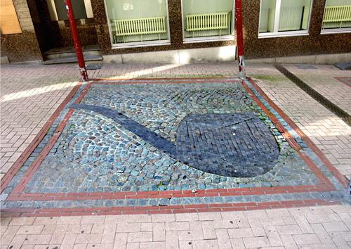 la vraie-fausse pipe dans une rue de Châtelet. Ph. G. Goutierre
