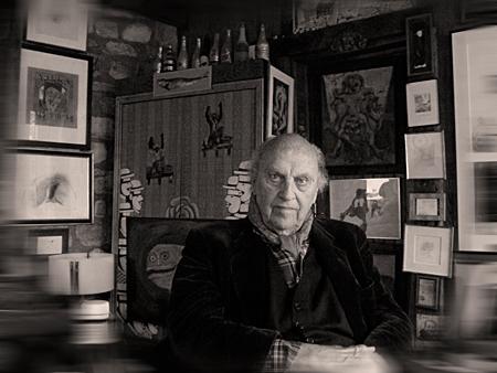Jean-Marie Drot chez lui au milieu de ses tableaux, en janvier 2015. Photo: PHB/LSDP