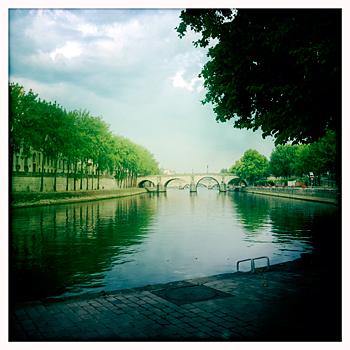 Les quais de la Seine au mois d'août, sans voitures ni piétons. PHB