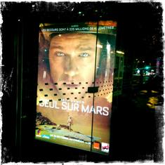 """L'affiche de """"Seul sur Mars"""" dans Paris. Photo: PHB/LSDP"""