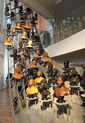 Moulages sur modèles vivants représentant la diversité du monde. Photo: Valérie Maillard