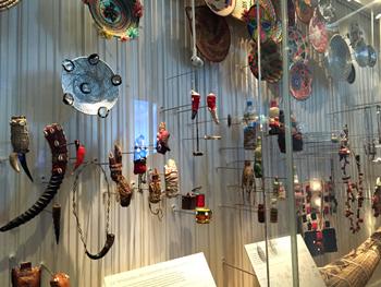 Objets du quotidien. Amulettes et grigris. Musée de l'Homme.. Photo: Valérie Maillard