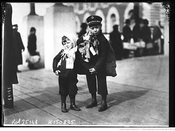 Enfants italiens à leur arrivée à New York en 1914. Agence Roll. Source: Gallica
