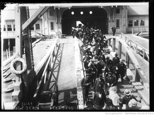 Migrants à Ellis Island. 1914. Agence Roll. Source: Gallica