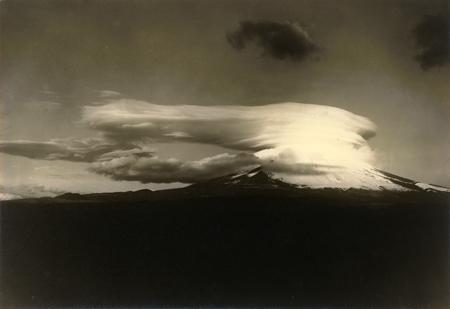 Le mont Fuji et un nuage en capuchon particulier de type lenticulaire. 27 décembre 1929. Musée de l'université de Tôkuô. Photo: Masanao Abe (1891-1966)