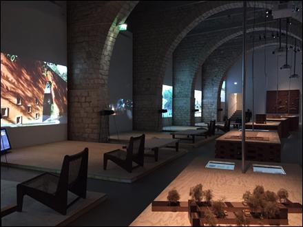 Aperçu de l'exposition avec les écrans géants. Photo: Valérie Maillard