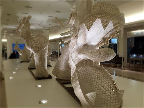 """""""Dragon en quatre segments"""", Ai Weiwei. Création pour le Bon marché. Photo: Valérie Maillard"""