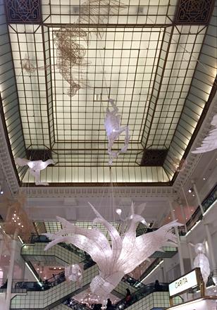 La grande verrière et les œuvres suspendues de Ai Weiwei. Photo: Valérie Maillard