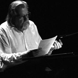 Michael Lonsdale lisant. Source photo: Editions Thélème