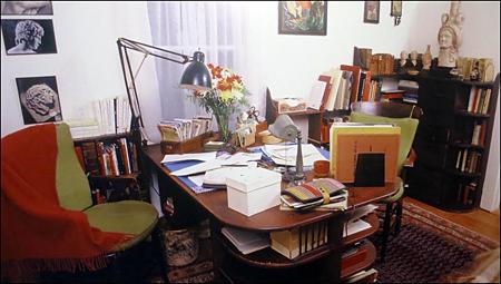 Bureau de Marguerite Yourcenar. Au mur, la présence d'Hadrien. Photo: Gérard Goutierre