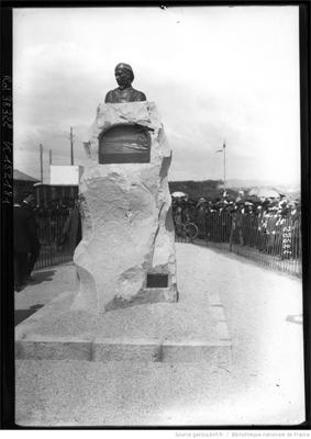 Monument commémorant le première traversée de la Méditerranée effectuée le 23 septembre 1913 par Roland Garros] : [photographie de presse] / [Agence Rol], source Gallica