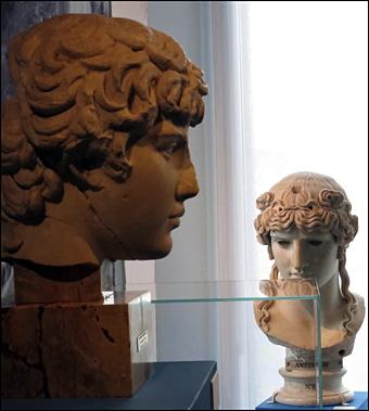 Deux bustes d'Antinoüs. Photo: Gérard Goutierre