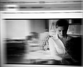 La serveuse angoissée par la dette. Photo: PHB/LSDP