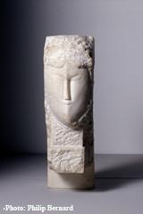 Tête de femme (1913). Seul marbre réalisé par Modigliani. Dépôt du centre Pompidou au LaM. Ph. Philip Bernard