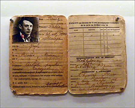 """Exposition """"Frontières"""". La carte """"d'étranger"""" de Pablo Picasso. Photo: PHB/LSDP"""""""