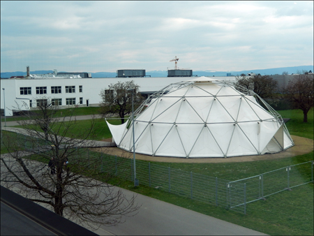 Dôme de Buckminster-Fuller-Howard et usine de N. Grimshaw. Photo: Lottie Brickert