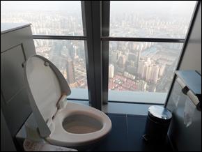 Toilettes de la tour WFC à 474 mètres d'altitude/©Lottie Brickert