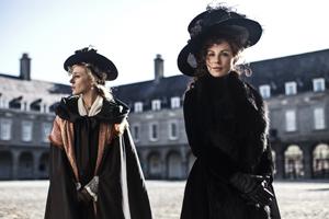 Lady Susan – Kate Beckinsale (à droite) et sa meilleure amie et complice Alicia – Chloë Sevigny