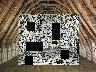 Georges Rousse dans les combles. Ce que le visiteur ne voit pas exactement. © Galerie Claire Gastaud