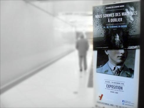 """""""Nous sommes des machines à oublier"""". Entrée de l'exposition sur """"Les écrivains en guerre"""". Photo: PHB/LSDP"""