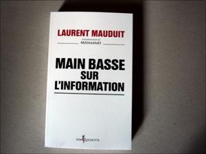 """Main basse sur l'information"". Photo: PHB/LSDP"